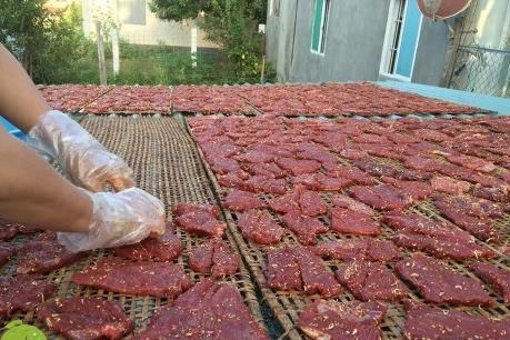 Phơi thịt bò dưới nắng gắt
